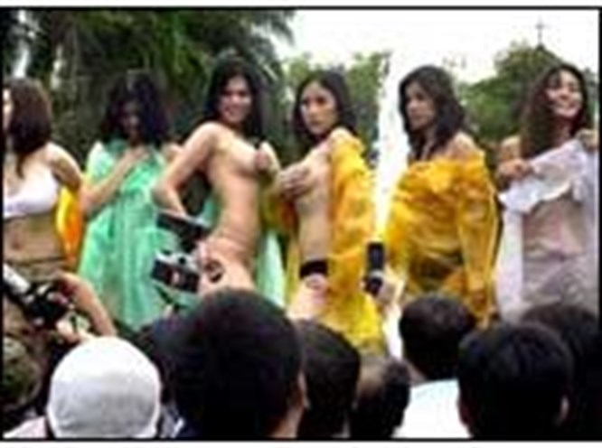 """Filipinler'de """"erotik"""" protesto!"""